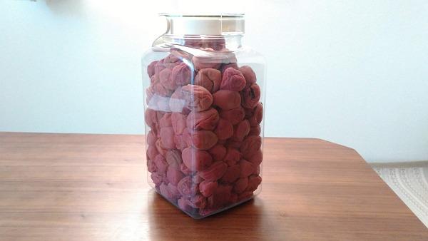 干した梅を容器に入れた写真