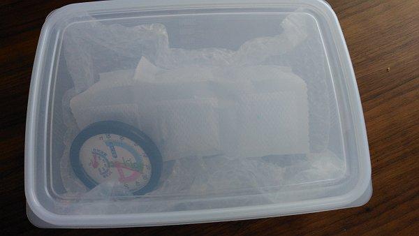 タッパーと除湿シートでマイクを保管している写真