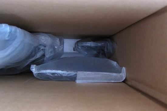 TH-32D325の箱の中に台座が入っている図