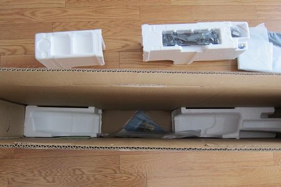 TH-32D325の箱と外に置いた中身