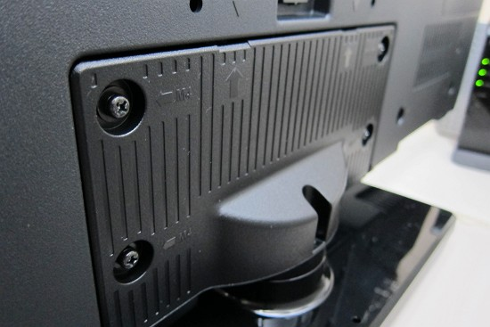 TH-32D325と台座を組み立てた写真(裏)