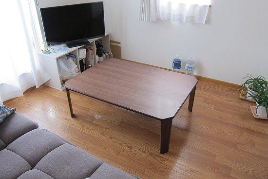 天然木のウォールナットテーブル(T-2452)と部屋の模様