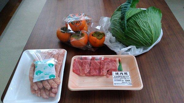 糸島の牛肉、糸島手造りハムのソーセージ、朝倉の柿、キャベツの写真