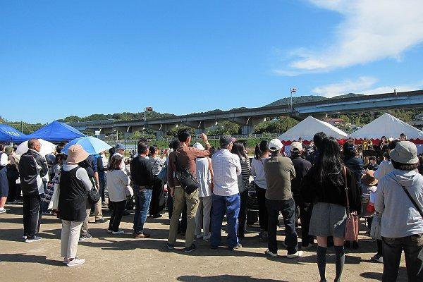 周船寺コスモスまつりでのたくさんの人の写真