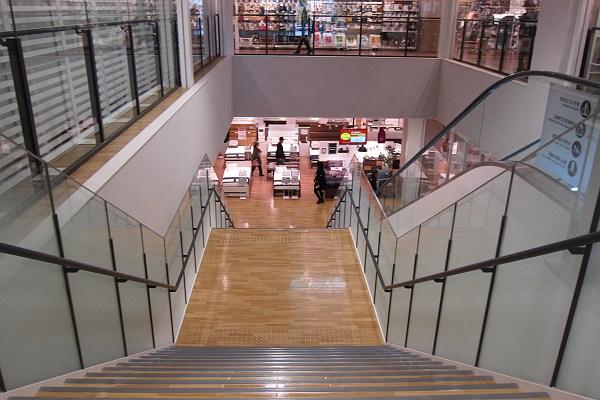 mark is 福岡ももちのニトリの階段の写真