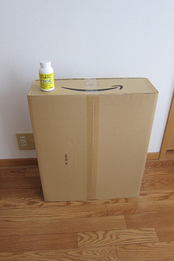 Amazonの箱とビタミンCの写真