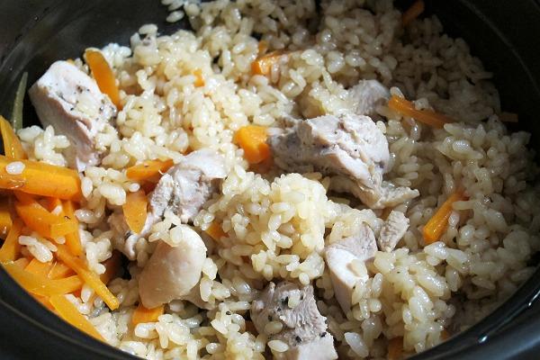 土鍋で炊いた炊き込みご飯の写真