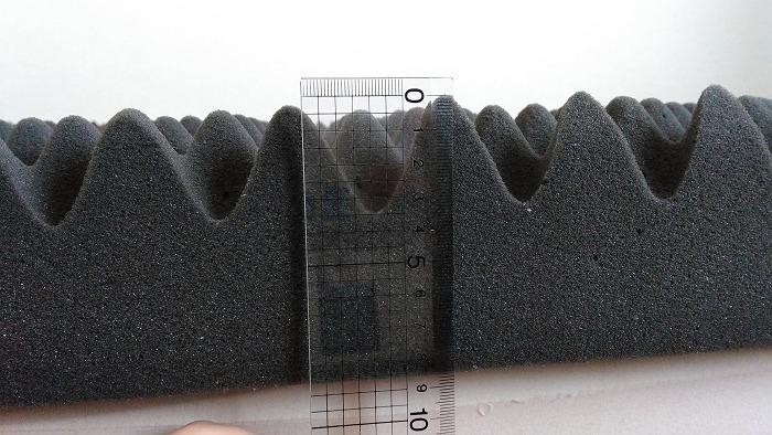 ニトリの点で支える体圧分散敷布団の厚さを測っている写真