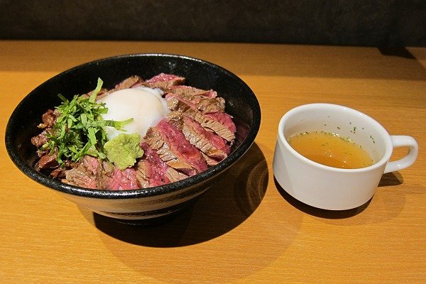 あか牛Dining yoka-yokaのあか牛丼とスープの写真