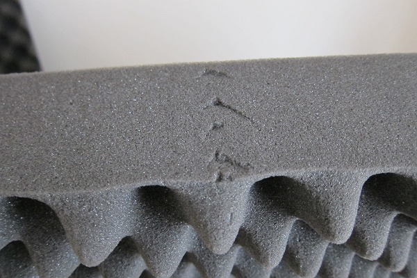ニトリの体圧分散敷布団の側面のひび割れ
