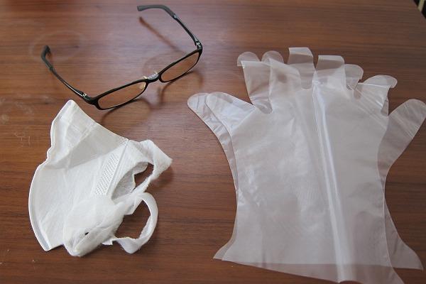 メガネとマスクとビニール手袋の写真