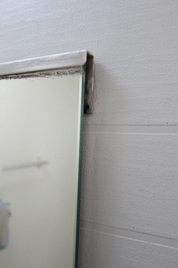 カビ取り一発を塗った後の鏡の脇の写真